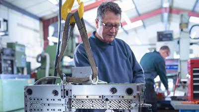 Unsere interne Werkstatt ermöglicht uns schnelle Reaktion um die Wartungszeiten und Ausfallzeiten zu verringern. Prophylaktisches arbeiten sichert eine erhöhte Lebensdauer der Werkzeuge